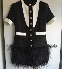 Črno bela obleka z perjem