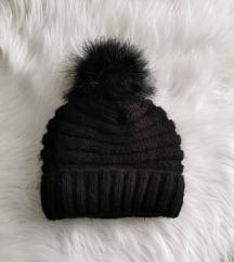 ženska kapa s cofkom