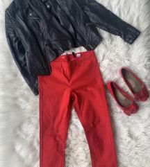 Usnjena jakna, rdeče hlače, rdeče balerinke