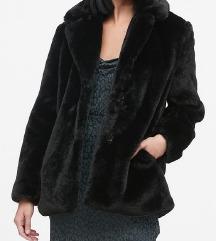 Črna puhasta jakna
