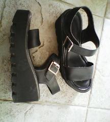 črni sandali s platformo