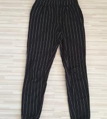 črne črtaste hlače