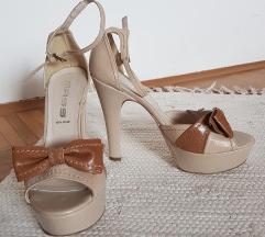 Odprti čevlji s pentljo