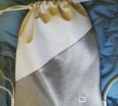 moden srebrno bel nahrbtnik