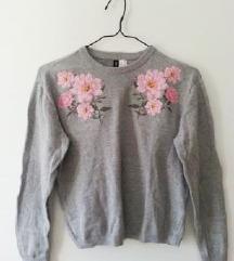 H&M siv pulover z izvezenimi rožicami