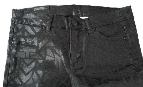 Črne hlače z vzorcem in etiketo