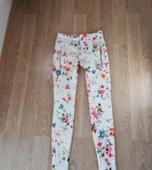 ZNIŽANO/ Zara hlače z cvetličnim vzorcem