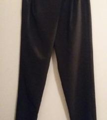 črne hlače malce spuščene