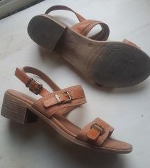 Rjavo oranžni sandali
