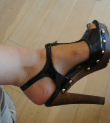 Mass sandali z visoko peto