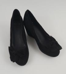 Enkrat nošeni elegantni čevlji z mašnicami
