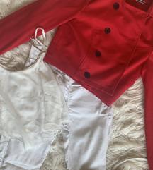 Rdeča jaknica, bele hlače, bela majica