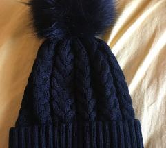 Črna kapa z cofom