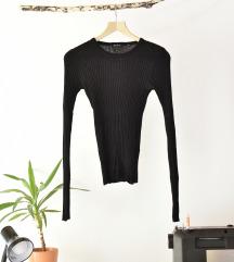 rebrast oprijet črn pulover