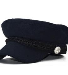 NOVA kapa z šiltom, kot se zdaj nosi, temno modra
