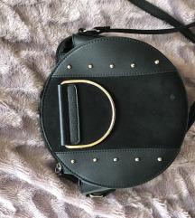 Črna torbica z zlatimi dodatki