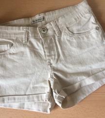 Nove bež kratke hlače