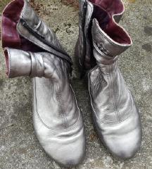 Usnjeni srebrni škornji / gležnarji, št. 39