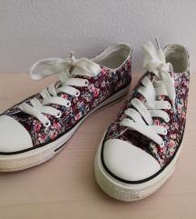 bordo rdeči čevlji z rožicami