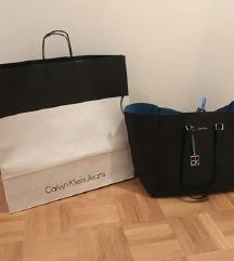 Calvin Klein reversible original torbica z etiketo