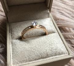 srebrn rodiniran prstan s cirkoni