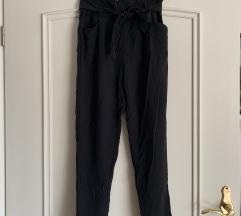Elegantne črne hlače