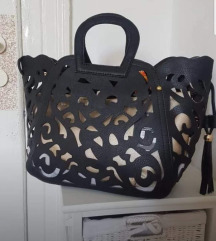 Nova torbica se z etiketo