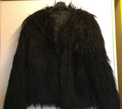 črna krznena jakna