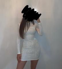Elegantna kratka bela obleka z dolgimi rokavi