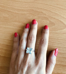 Srebrn prstan s kamnom