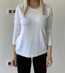 Bel pulover s perlicami na ovratniku
