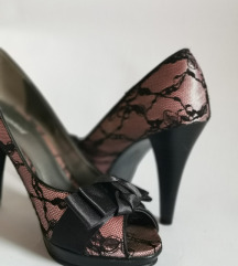 Nežno roza čevlji z visoko peto in pentljo