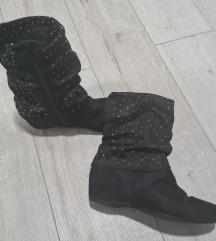 Nizki škornji z polno peto