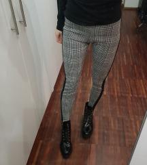 Črno bele hlače s črto