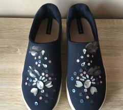modri čevlji z biserčki