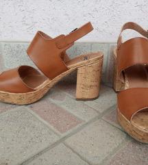 Rjavi sandali s peto