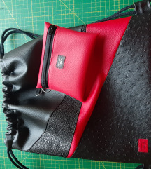 Nahrbtnik črno rdeč + toaletka