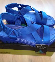 Modri sandali nenošeni