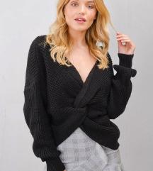 Črn pulover s posebnim detajlom
