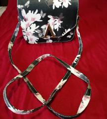 Črna torbica z belo roza rožami