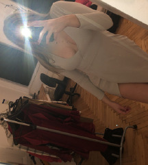 siva oblekica z razporkom