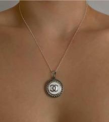 Chanel obesek z verižico
