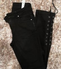 Črne hlače z vezenjem