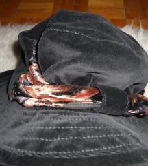 črn žametni klobuček