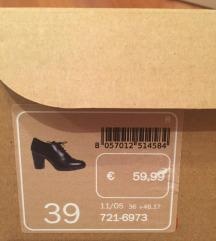 Usnjeni črni čevlji s peto