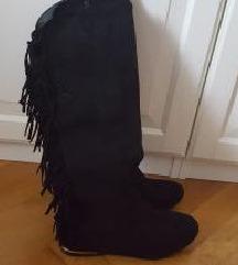 črni škornji