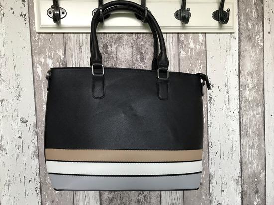 Prostorna črna torbica