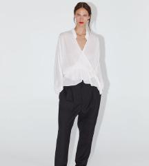Bluza s prekrižanim zapenjanjem in volančki