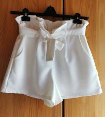 Kratke bele hlače