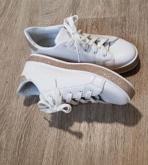 Beli cevlji z detajli